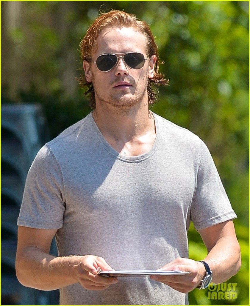 sam-heughan-answers-twitter-qa-while-delayed-at-airport-01