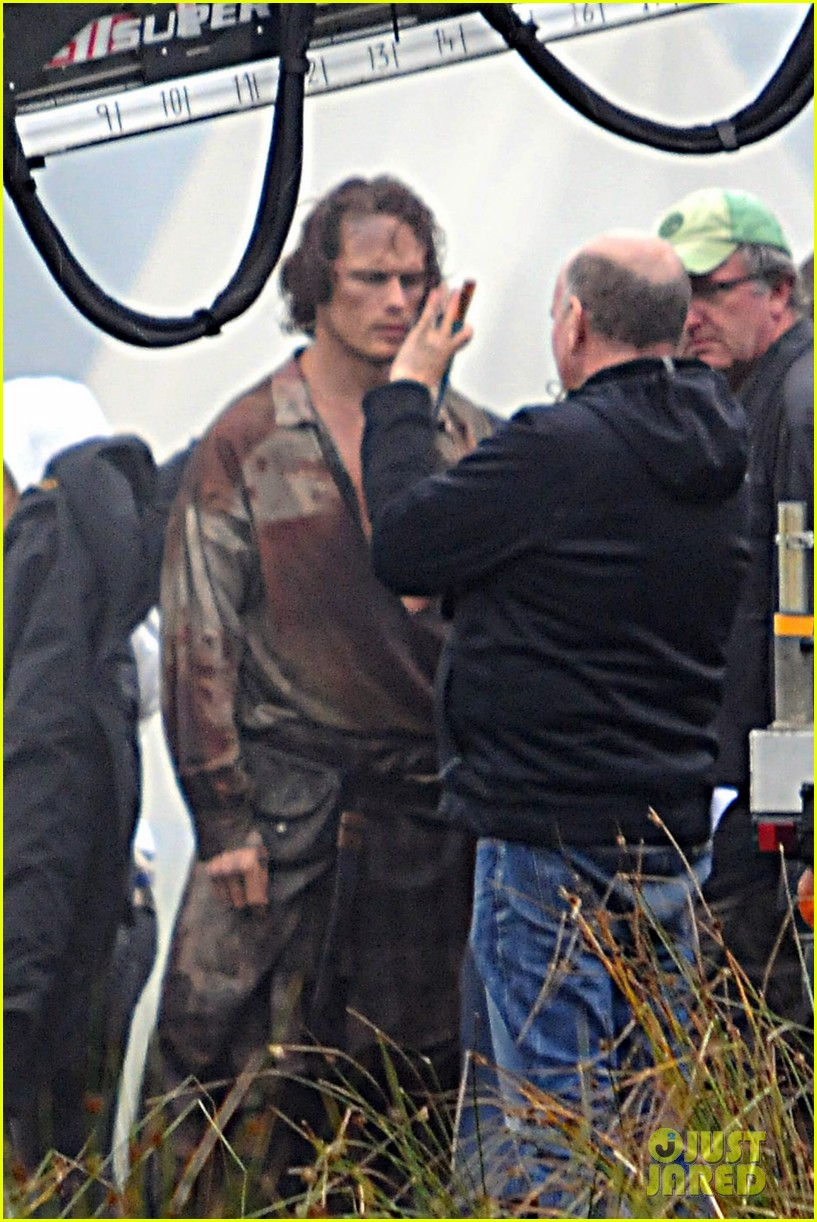 sam-heughan-is-all-bloody-on-outlander-season-2-set-02
