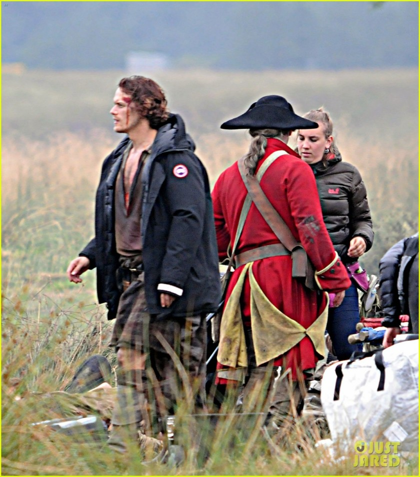 sam-heughan-is-all-bloody-on-outlander-season-2-set-03