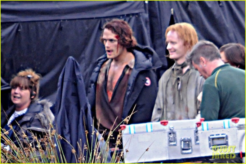sam-heughan-is-all-bloody-on-outlander-season-2-set-04