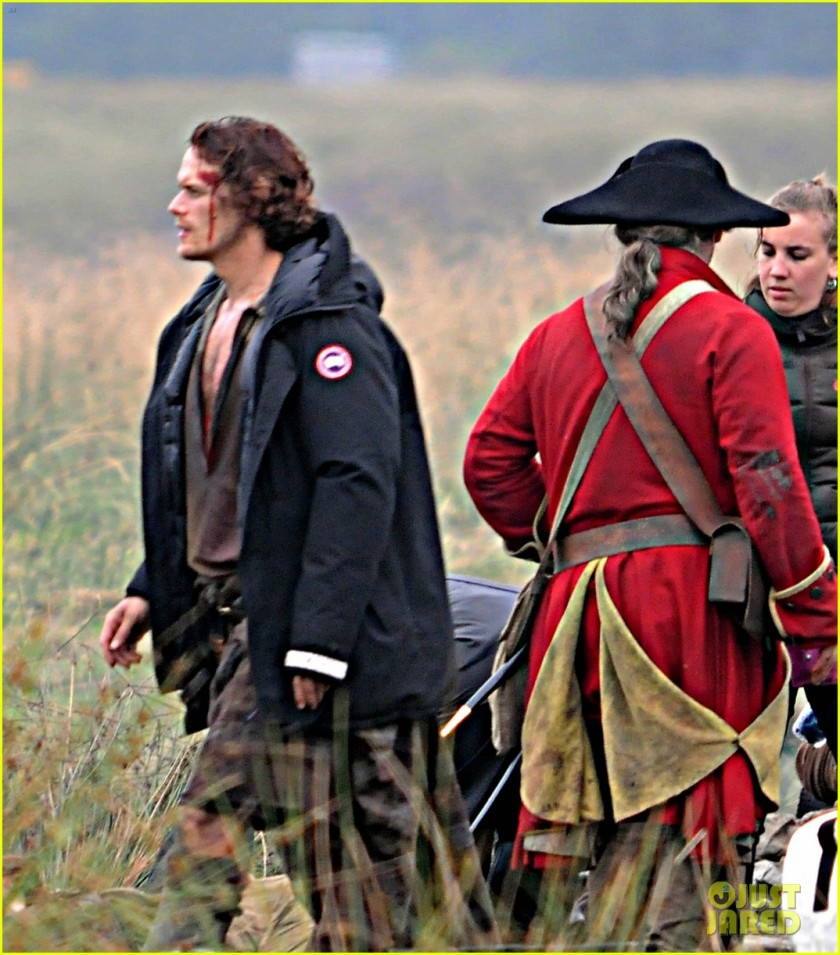 sam-heughan-is-all-bloody-on-outlander-season-2-set-07