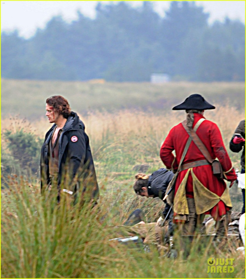 sam-heughan-is-all-bloody-on-outlander-season-2-set-08